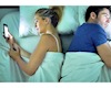 Làm sao để vợ chồng không phải mỗi người ôm mỗi cái điện thoại vào hằng đêm