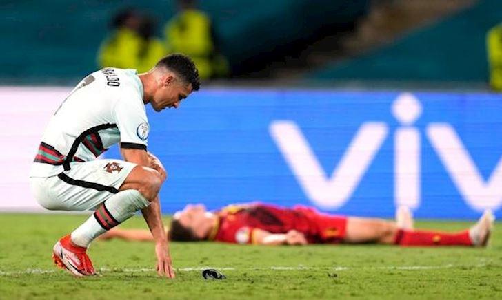 Ronaldo gục ngã nhìn Bồ Đào Nha thành cựu vương EURO