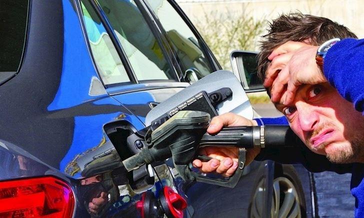 Nếu chẳng may xe chạy dầu nhưng đổ nhầm xăng và ngược lại thì bố cần biết điều này