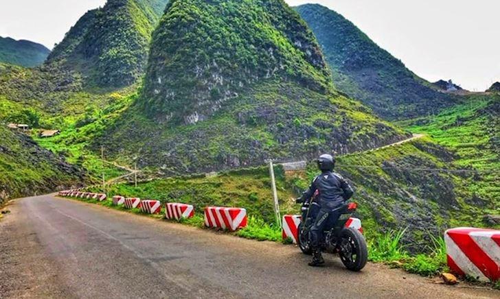 Dừng xe máy ở đường đèo dốc, lớ ngớ là dính đòn