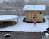 Dạy con sống có mục tiêu, bố mẹ xây nhà cho con thích nghi một mình giữa mùa đông