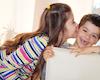 7 cách dạy con yêu thương nhau: Hãy yêu thương người khác, họ sẽ noi gương con