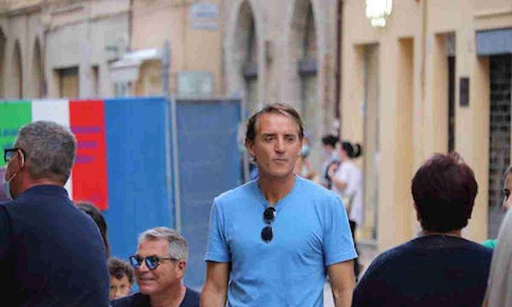 HLV Mancini gây sốt khi xếp hàng chờ mua bánh mì