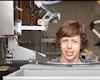 Thanh tự niên chế robot cắt tóc tại nhà vì không ra ngoài cắt được