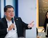 Chủ tịch FPT Telecom - Hoàng Nam Tiến cũng vào xem cô giáo Minh Thu dạy Vật Lý và dành nhiều lời khen