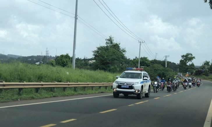 CSGT mở đường, dẫn người dân chạy xe máy về quê