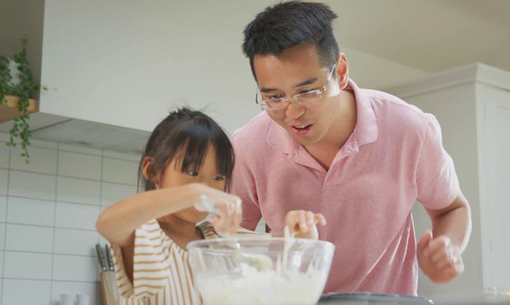 Nghỉ dịch ở nhà, nhiều ông bố thành 'Vua đầu bếp' lúc nào không hay