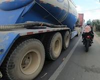 Những lý do khiến anh em phải tránh việc chạy gần bên hông xe tải