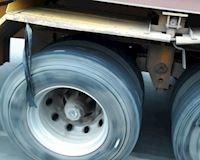 Bó dây cao su ở bánh xe tải, đâu phải cột cho vui
