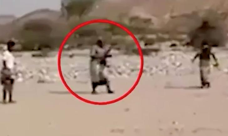 Hài hước trọng tài mang 'hàng nóng', AK-47 vào sân để điều khiển trận đấu