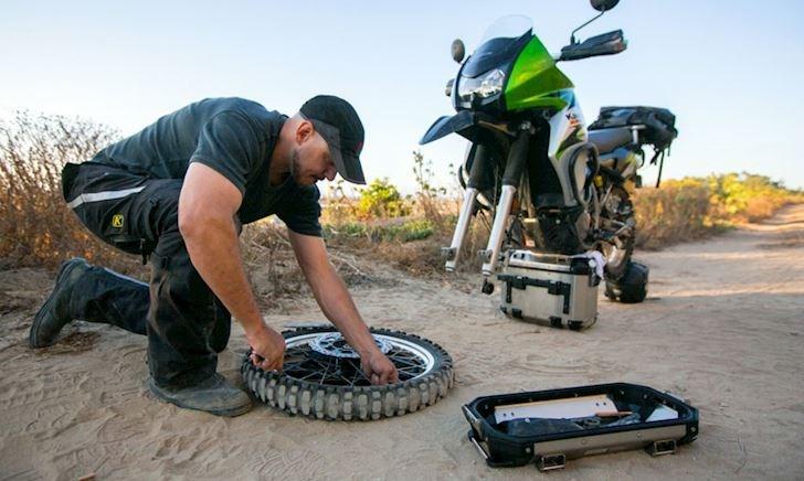 Mẹo nhỏ cứu anh em khi thủng lốp xe ở những đoạn đường vắng không ai giúp