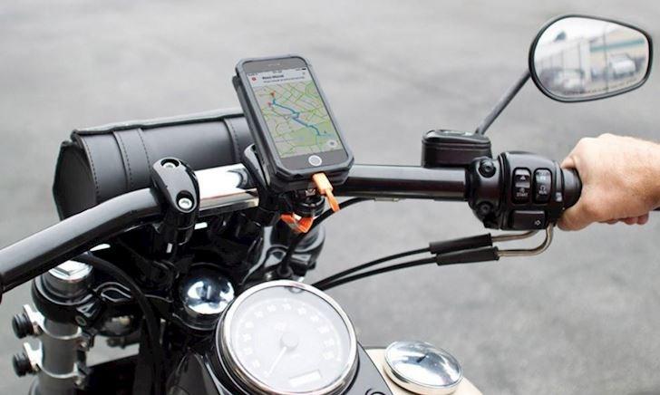Không nên gắn điện thoại lên xe và mô tô, lời cảnh báo của Apple