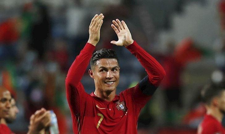 Ronaldo cởi áo ăn mừng như Messi, và nhận ngay cái kết đắng